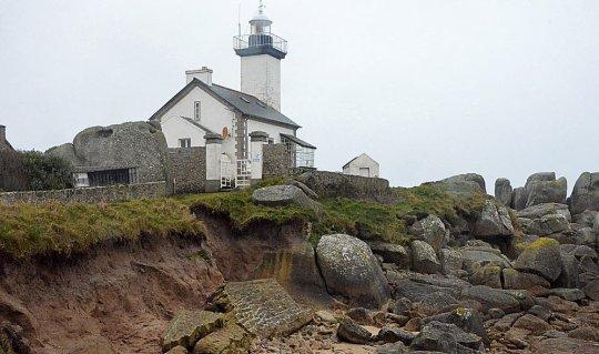brignogan-le-phare-de-pontusval-menace-par-l-erosion_2774966_540x319p